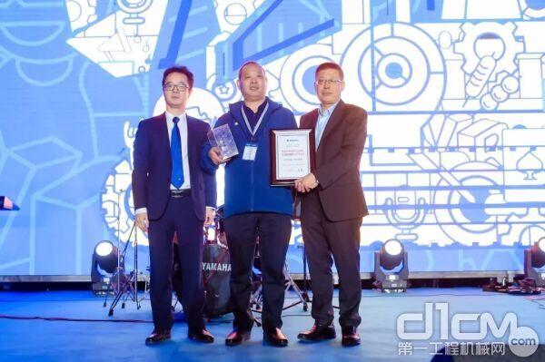 柳工挖掘机产业群总经理袁世国与李宏宝为购买第十万台柳工挖掘机的客户颁发荣誉钥匙和证书。