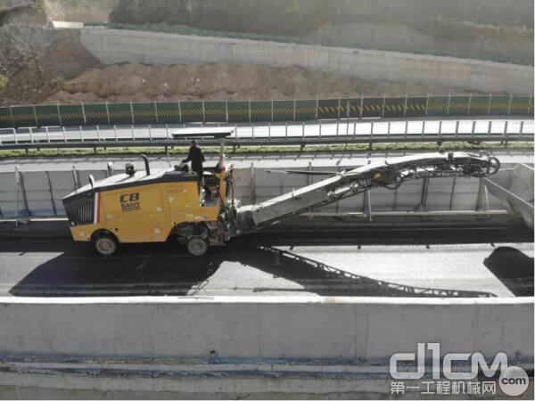 三一C8铣刨机在旬凤高速辅道施工