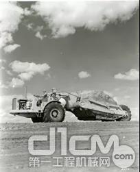 DW21载运约15立方米的土石依然能以每小时20英里的速度行驶在公路上
