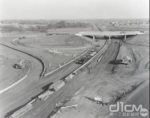 1959年,正在高速公路上工作的DW21