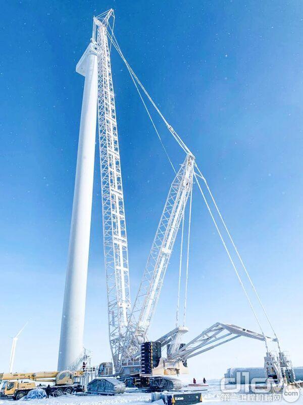 锡林郭勒盟灰腾河项目中,徐工XGC11000在低温环境下完满完成130米高风电吊装挑战