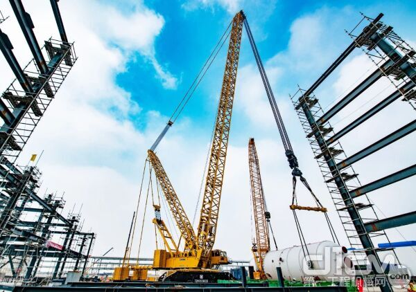 徐工第四台2000吨级履带起重机XGC28000在连云港盛虹石化项目完成首吊
