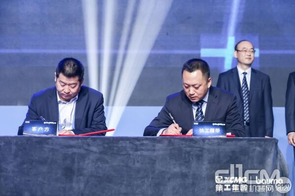 徐工建机总经理助理、营销公司总经理陈君与客户签约