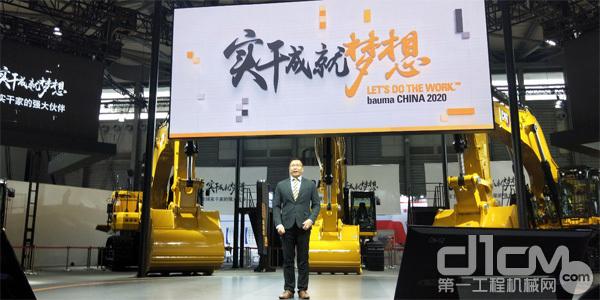 卡特彼勒中国区小型挖掘机商务经理卢靖峰进行产品特点讲解