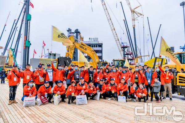 工程机械BOSS团在山东临工展台合影
