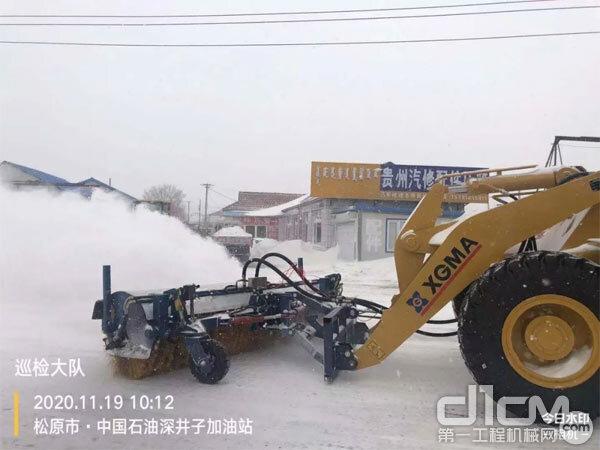 厦工一批装载机在除雪