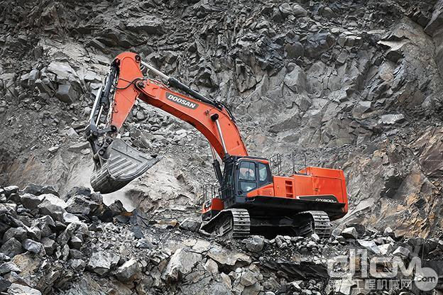 斗山与中国内蒙古最大的煤矿企业蒙欣集团签订了供应超大型挖掘机DX800的协议