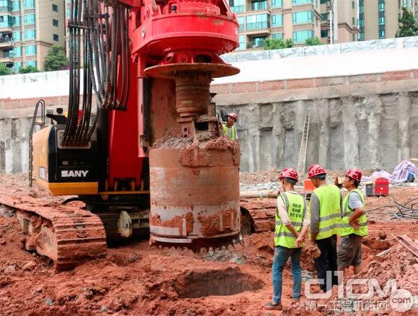 刘圣忠的三一旋挖钻正在施工