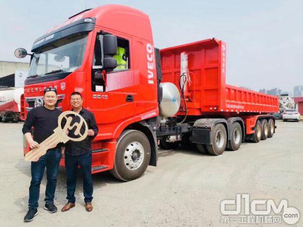 客户喜提红岩杰狮C6 LNG牵引车