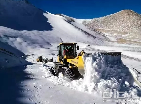 山推装载机清理积雪