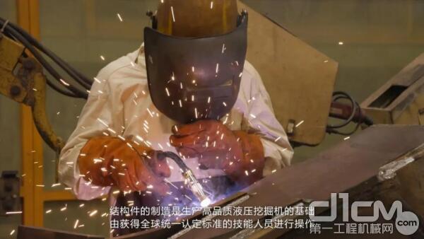 获得全球统一认定标准的技术人员配合机器进行手工焊接操作