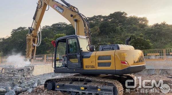 XE215DA挖掘机