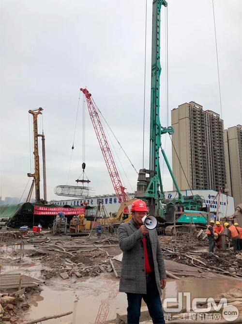 施工方周总在现场介绍金泰大旋挖施工及服务情况