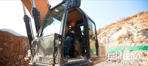 王辉驾驶挖掘机