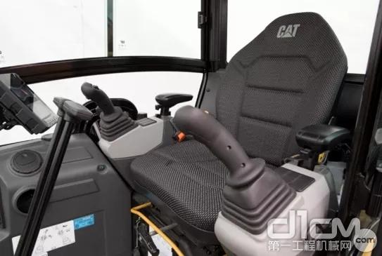新一代Cat®302 CR标配卓越的冷暖空调