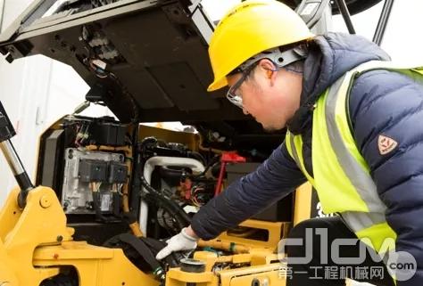 新一代Cat®302 CR的驾驶室为一体式可掀开密封增压防翻滚低噪设计