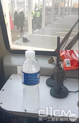 冻成冰的瓶装饮用水,只能融化一点喝一点