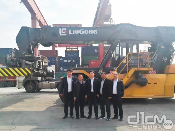 柳工叉车董事长王太平(左三)带队走访战略合作港口客户