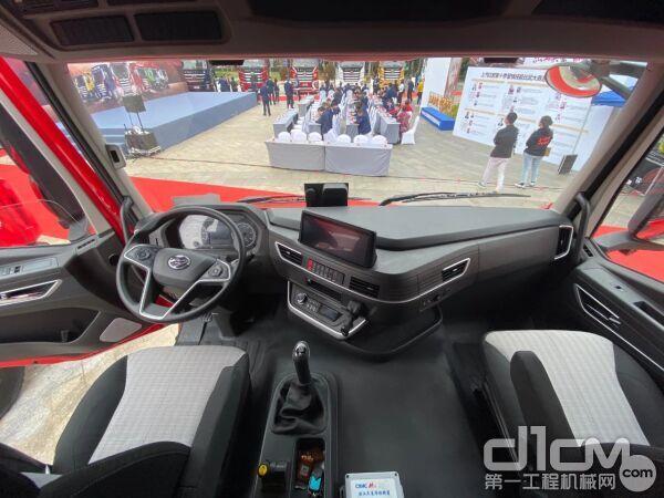驾驶室内部采用了灵动高效的空间设计