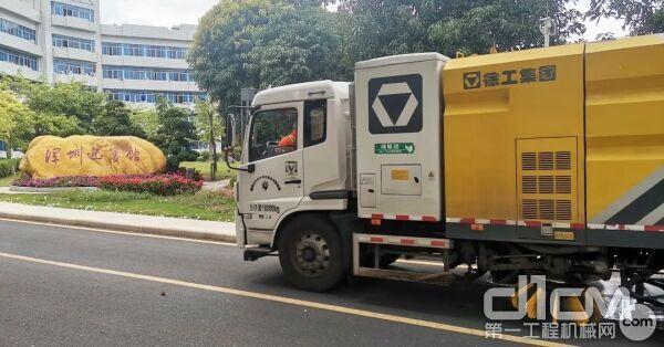 徐工纯电动洗扫车在深圳作业