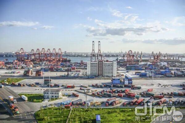 徐工成套化路面保洁类设备再次批量入驻天津港