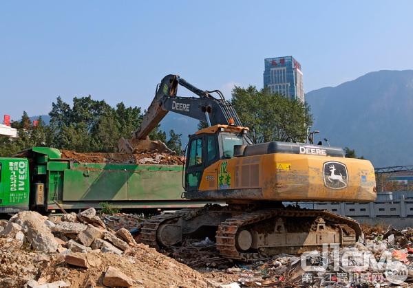 约翰迪尔E400LC挖掘机正在进行装车作业