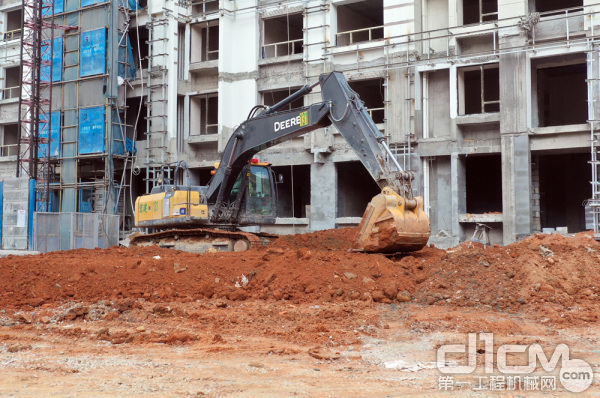 约翰迪尔E210LC挖掘机正在平地施工