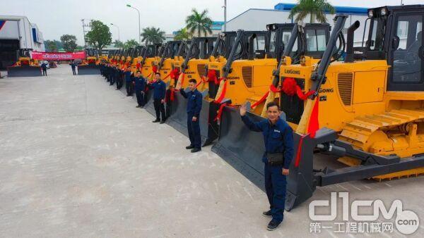 柳工10余台160C推土机交付越南客户