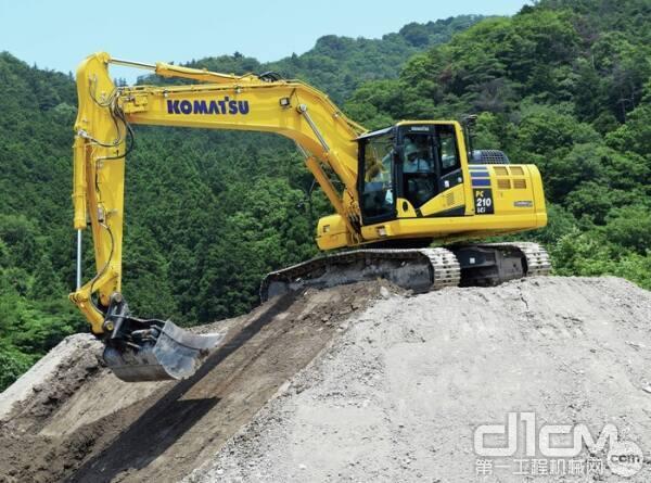 操作员控制动臂,而iMC系统控制小松PC210LCi-11半自动挖掘机的动臂和铲斗。
