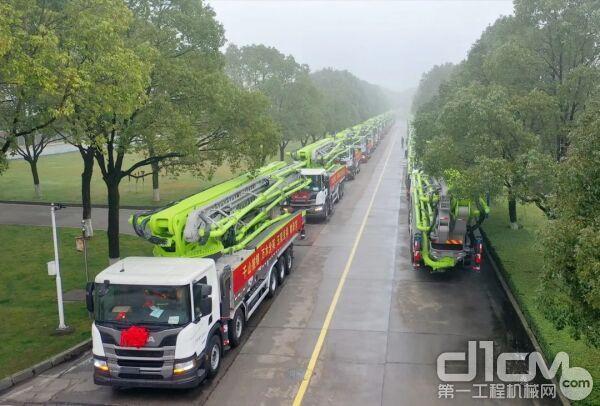 ▲中联重科混凝土泵车从麓谷工业园缓缓驶出