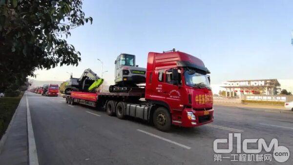 ▲中联重科挖掘机、推土机从渭南工业园缓缓驶出奔赴全国