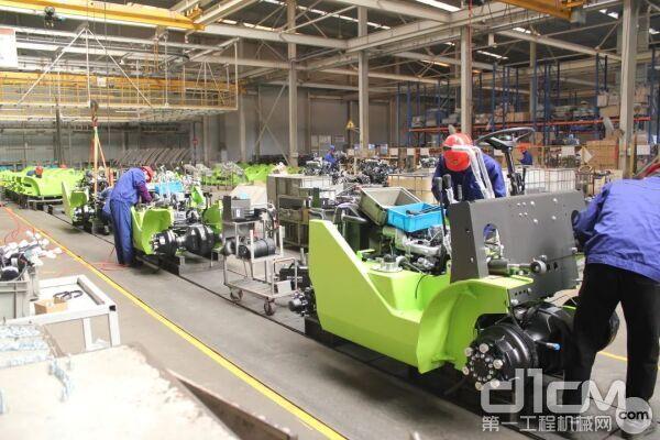 ▲在中联重科工业车辆公司,工人们正在赶制订单