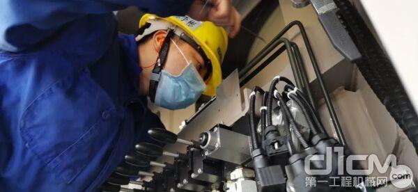 ▲在中联重科麓谷工业园,工人正在安装调试混凝土泵车