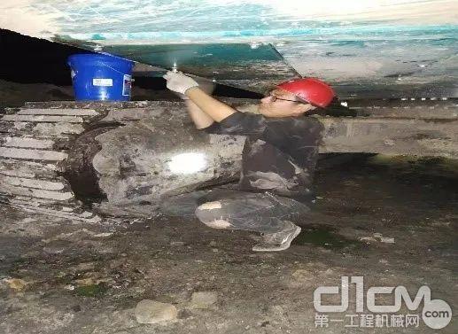 山河智能售后服务工程师姚磊正在检修