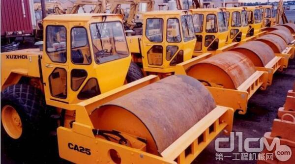 1995年,100台CA25振动压路机批量出口美国