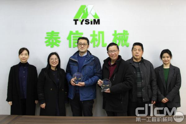 无锡市惠山高新技术创业中心领导与泰信机械董事长辛鹏、常务副总潘俊吉先生合影