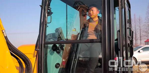 孙总的机手正在驾驶三一SY55C Pro<a href=http://product.d1cm.com/wajueji/ target=_blank>挖掘机</a>