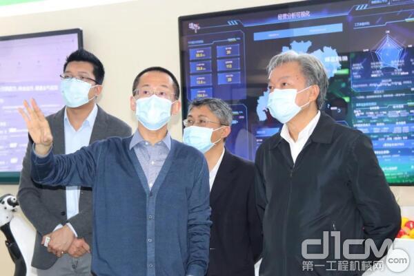 图:广东省人社厅厅长陈奕威一行参观树根互联展厅