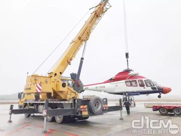 柳工TC250C5-1起重机吊装直升机