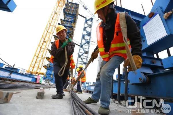 ▲湄洲湾跨海大桥斜拉桥主墩施工中