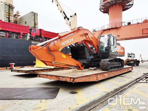 整装待发的日立建机ZX330-5A液压挖掘机