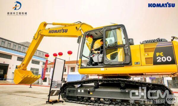 用户试驾小松挖掘机