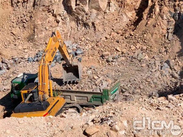 临工挖掘机在施工