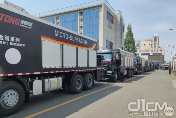秘鲁公路施工养护设备发车
