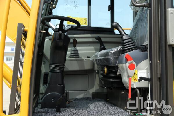 临工建机LG95F轮挖驾驶室内部拍图