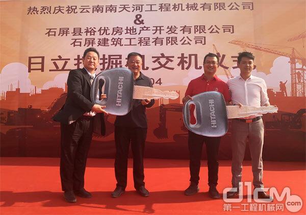 HCS中松慎一郎事业部长、云南南天河何其相总经理向客户赠送象征开启成功事业大门的钥匙