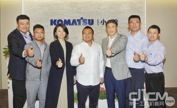 赖志光总裁(左四)、王海榕执行总裁(左三)、林志祥总裁助理(左二)和小松(中国)张全旺总经理等合影留念