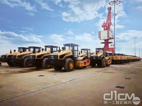 三一136台各类工程车及配件装船出口