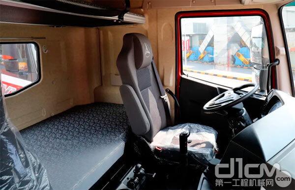 三一朱宏版500牵引车驾驶室拍图