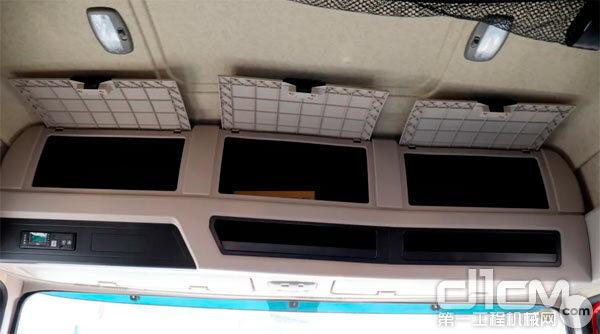 驾驶室内配有多个储物格